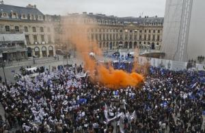 Police demonstrating in Paris, October 14, 2015. Photo by Michel Euler. Photo source: https://sg.news.yahoo.com/photos/thousand-french-police-officers-gathering-next-french-justice-photo-111136198.html.